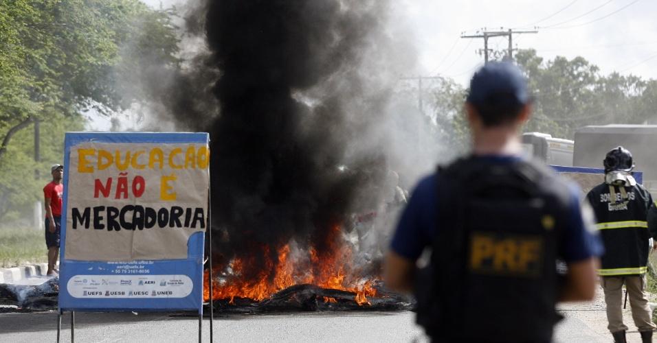 8.mai.2015 - Estudantes de vários cursos da Universidade Estadual de Feira de Santana (UEFS) realizaram na manhã desta sexta-feira (8) uma manifestação pedindo melhorias na estrutura das universidades públicas do estado da Bahia. Eles interditaram a BR-116, próximo à unidade de ensino superior, e fizeram queima de pneus. Por conta do protesto, um longo congestionamento se formou na via