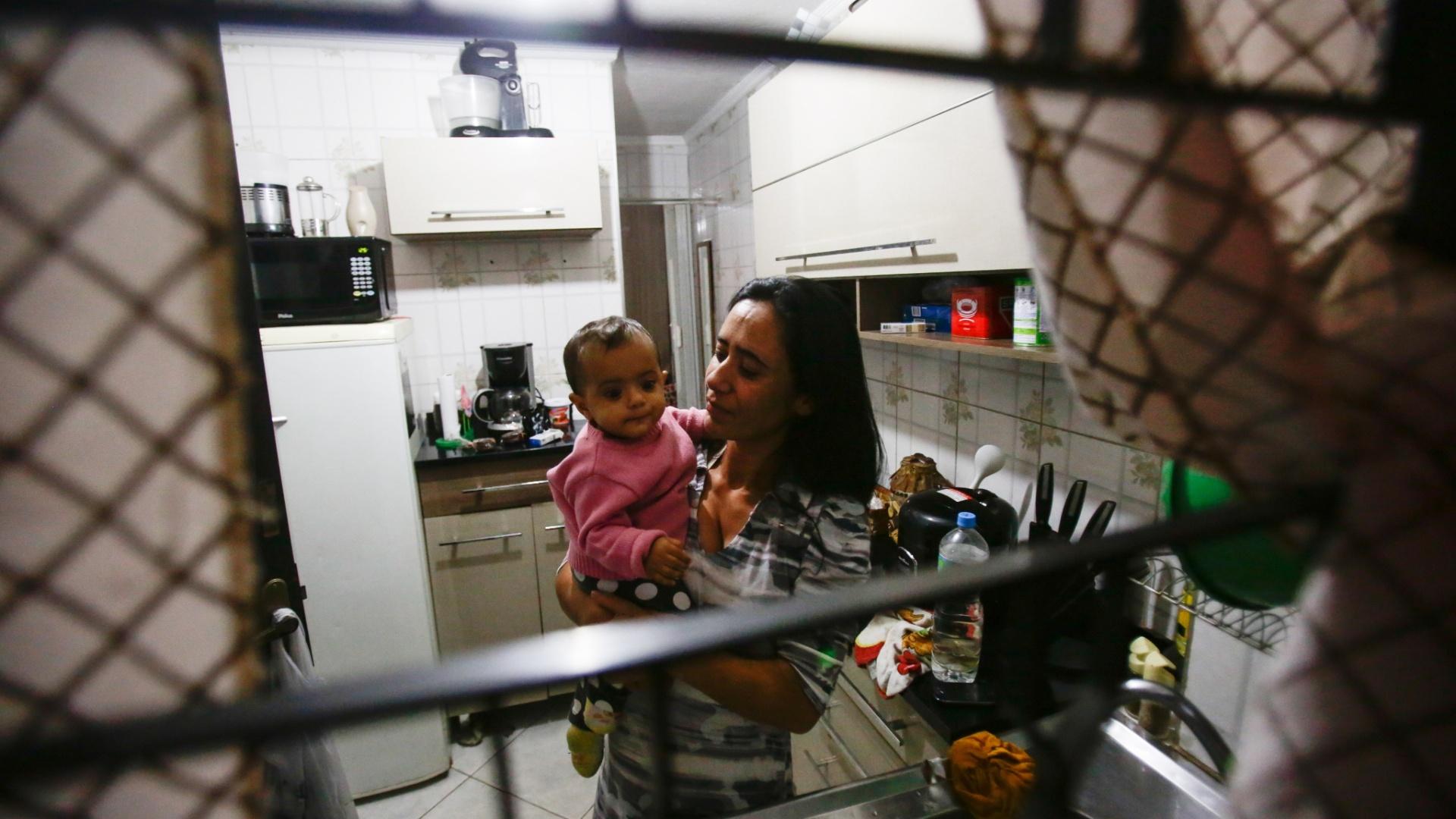 8.mai.2015 - Fernanda Peixoto Alves Pita, 37, moradora da Vila Diva. O bairro só tem 5 horas de abastecimento de água por dia