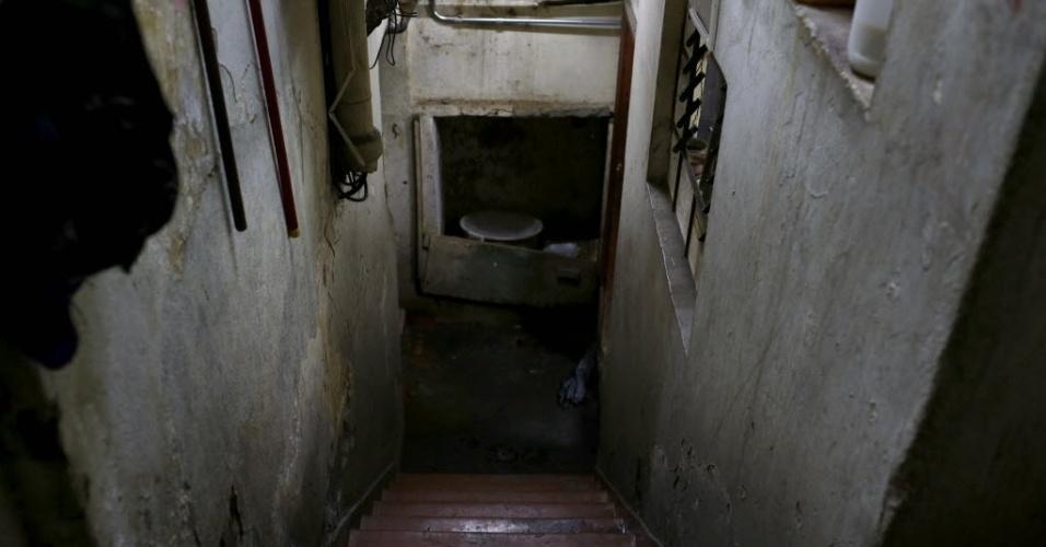 """9.mai.2015 - Inaugurado em 1943 no centro de Belo Horizonte (MG), o edifício Tupynambás, no centro de Belo Horizonte (MG), conta com abrigo antiaéreo, que fica no subsolo do prédio, três metros abaixo da portaria, e tem ventilação e comunicação exterior. O local está abandonado, com paredes mofadas e lodo no piso, e funciona como um quarto de despejo. Difícil imaginar que há 70 anos ser """"dotado de abrigo antiaéreo"""" funcionava como atrativo para os lançamentos imobiliários. Na década de 1940, o mundo vivenciava a Segunda Guerra Mundial, e o Brasil havia declarado guerra aos países do Eixo (Alemanha, Itália e Japão)"""