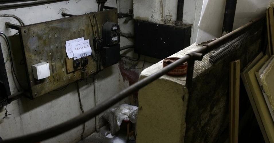 """9.mai.2015 - O abrigo antiaéreo do edifício Tupynambás, inaugurado em 1943 no centro de Belo Horizonte (MG), fica no subsolo do prédio, três metros abaixo da portaria, e tem ventilação e comunicação exterior. O local está abandonado, com paredes mofadas e lodo no piso, e funciona como um quarto de despejo. É difícil imaginar que há 70 anos ser """"dotado de abrigo antiaéreo"""" funcionava como atrativo para os lançamentos imobiliários. Na década de 1940, o mundo vivenciava a Segunda Guerra Mundial, e o Brasil havia declarado guerra aos países do Eixo (Alemanha, Itália e Japão)"""