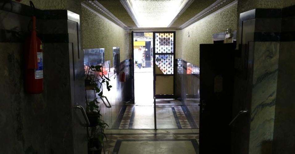 """9.mai.2015 - Três metros abaixo da portaria do edifício Tupynambás, no centro de Belo Horizonte (MG), há um abrigo antiaéreo, que fica no subsolo do prédio, com ventilação e comunicação exterior. Inaugurado em 1943, o local está abandonado, com paredes mofadas e lodo no piso, e funciona como um quarto de despejo. Difícil imaginar que há 70 anos ser """"dotado de abrigo antiaéreo"""" funcionava como atrativo para os lançamentos imobiliários. Na década de 1940, o mundo vivenciava a Segunda Guerra Mundial, e o Brasil havia declarado guerra aos países do Eixo (Alemanha, Itália e Japão)"""