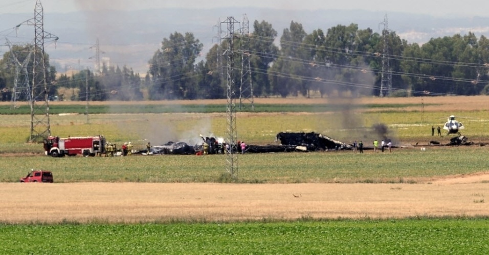 9.mai.2015 - Bombeiros atuam na região onde caiu um avião militar neste sábado (9), em Sevilha, na Espanha. Os dez tripulantes a bordo da aeronave morreram no acidente
