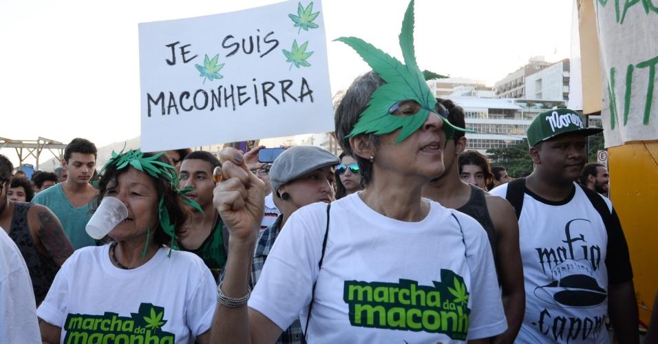 9.mai.2015 - Defensores da legalização da maconha fazem ato na praia de Ipanema, na zona sul do Rio de Janeiro, na tarde deste sábado (9). A Polícia Militar colocou um grande efetivo para acompanhar a passeata e apreendeu alguns cigarros de maconha dos manifestantes