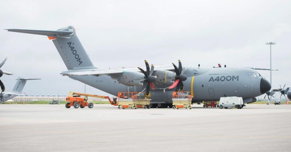 9.mai.2015 - Imagem de arquivo mostra um Airbus A400M, modelo idêntico ao avião de transporte militar que caiu próximo ao aeroporto de Sevilha, no sudoeste da Espanha, neste sábado (9), matando todos os seus 10 tripulantes. A aeronave fazia provas de voo no aeroporto. Não se sabe ainda se há outros atingidos