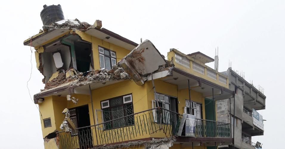 9.mai.2015 - Nepaleses chegam a área atingida por terremoto na capital, Katmandu, para retirar pertences dos escombros neste sábado (9). Os moradores da região dizem que ainda não receberam nenhuma ajuda do governo desde o abalo sísmico, há duas semanas
