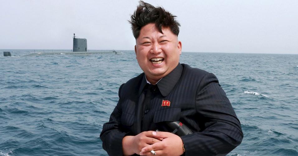 9.mai.2015 - O líder norte-coreano Kim Jong-un comemora o teste de um submarino de mísseis balísticos em Pyongyang, em foto divulgada pela Agência Central de Notícias da Coreia do Norte. O líder máximo norte-coreano teria dito que o míssil