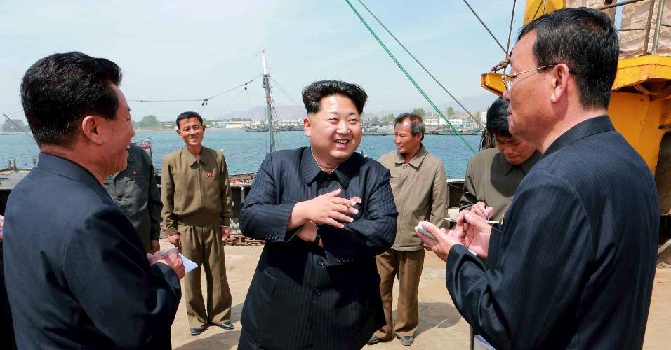 9.mai.2015 - O líder norte-coreano Kim Jong-un conversa com pescadores no complexo de pesca Sinpho Pelagic, em Pyongyang, em foto sem data divulgada neste sábado pela Agência Central de Notícias da Coreia do Norte