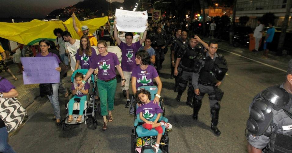 9.mai.2015 - Pais e filhos de grupos de defesa da liberação da maconha para uso medicinal participam da 12ª edição da Marcha da Maconha, na tarde deste sábado (9), na praia de Ipanema, na Zona Sul do Rio de Janeiro. A marcha reuniu pessoas de diversas idades e representantes de vários segmentos