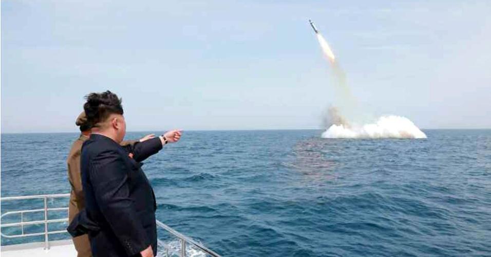 9.mai.2015 - Sob o olhar de Kim Jong-un, a Coreia do Norte realizou seu primeiro teste de lançamento de um míssil balístico submarino, de acordo com informações divulgadas neste sábado (9) pela agência de notícias do país. O líder máximo norte-coreano teria dito que o míssil