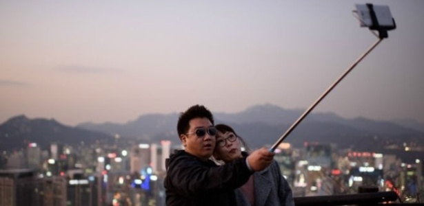 """Nos últimos anos, o """"pau de selfie"""" tornou-se mundialmente popular  - Getty Images"""
