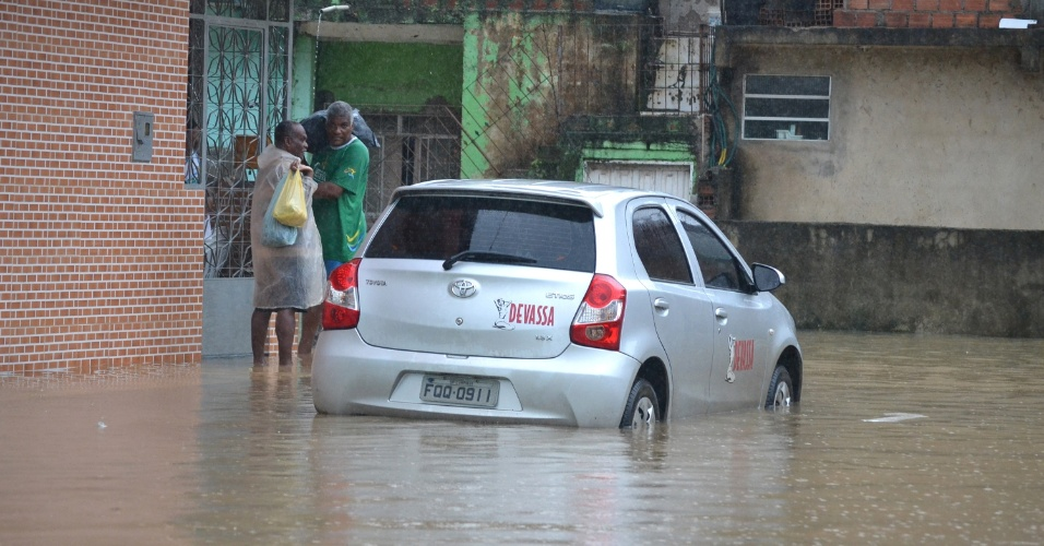 10.mai.2015 - A cidade de Salvador amanheceu com ruas alagadas neste  domingo (10). A chuva que atinge a cidade desde a noite de sexta-feira (8) já provocou desabamentos e quedas de árvores