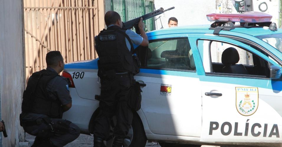 10.mai.2015 - Dois homens morreram atingidos por balas durante um tiroteio entre policiais e traficantes no Morro da Coroa, em Santa Teresa, no centro do Rio de Janeiro, na manhã deste domingo (10). Na noite de sexta-feira (8), durante tentativa de invasão na favela por uma facção rival, do Morro do Fallet, quatro pessoas morreram e cinco ficaram feridas. Segundo moradores, a troca de tiros de hoje aconteceu por volta das 10 horas