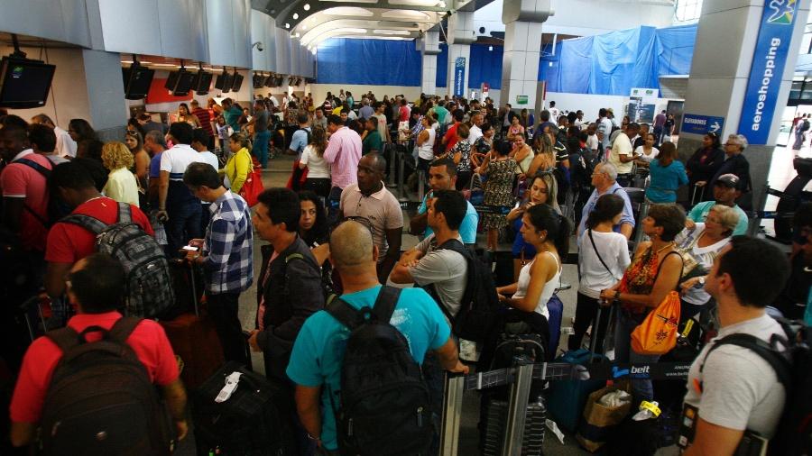 10.mai.2015 - Passageiros lotam o saguão do Aeroporto Internacional Deputado Luís Eduardo Magalhães, em Salvador - Raul Spinassé/Agência A Tarde/Estadão Conteúdo