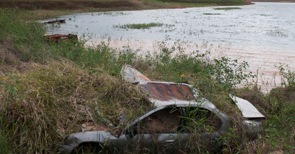 11.mai.2015 - 11.mai.2015 - Carroceria de veículo fica visível na margem da represa Jaguari-Jacareí, no interior de São Paulo, devido ao baixo nível das águas. A chuva que atingiu a região metropolitana de São Paulo elevou os níveis dos principais reservatórios. O nível do sistema Cantareira avançou 0,2 ponto percentual e passou para 15,3% de sua capacidade