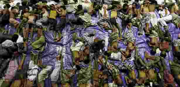 11.mai.2015 - Migrantes de Rohingya descansam dentro de um abrigo depois de serem resgatados por barcos na província de Aceh, na Indonésia - Roni Bintang/Reuters