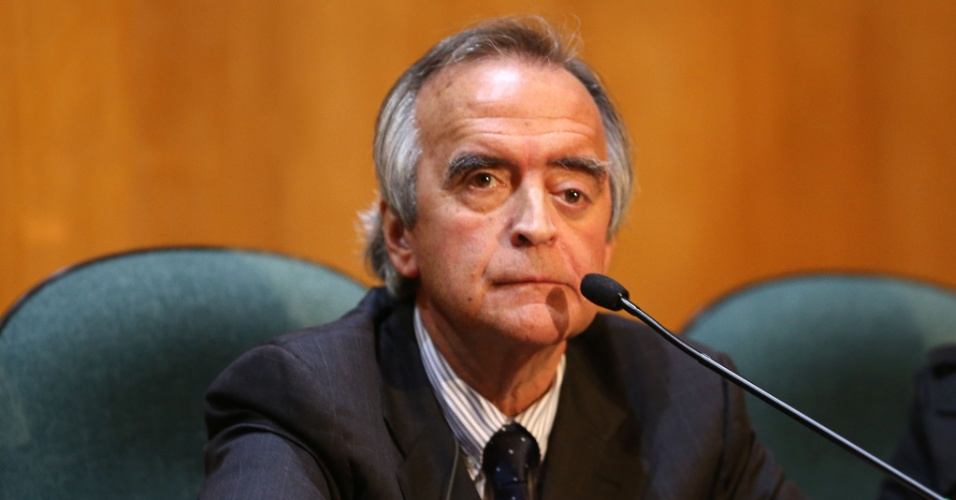 11.mai.2015 - O ex-diretor da Petrobras Nestor Cerveró permanece em silêncio durante sessão de depoimento na Comissão Parlamentar de Inquérito (CPI) da Petrobras, realizada na Justiça Federal, em Curitiba (PR)