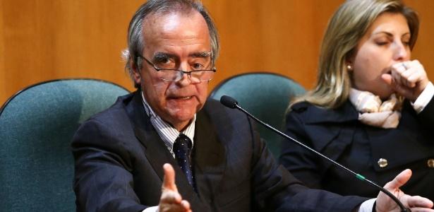 11.mai.2015 - O ex-diretor da Petrobras Nestor Cerveró permanece em silêncio durante sessão de depoimento na CPI (Comissão Parlamentar de Inquérito) da Petrobrás, realizada na Justiça Federal, em Curitiba (PR), nesta segunda-feira (11)