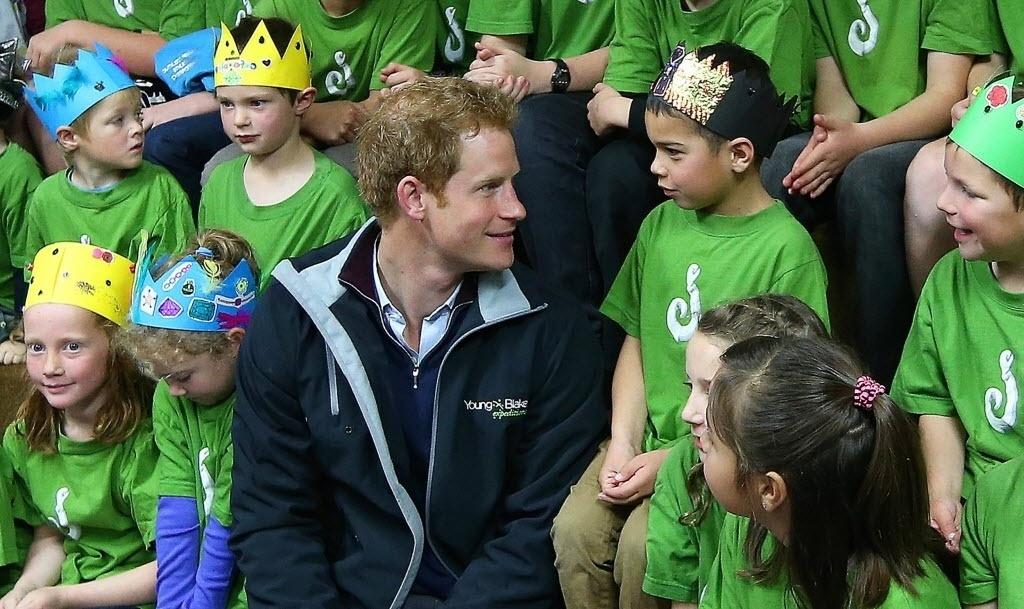 5352d66e71d83 11.mai.2015 - O príncipe britânico Harry visitou uma escola na cidade de