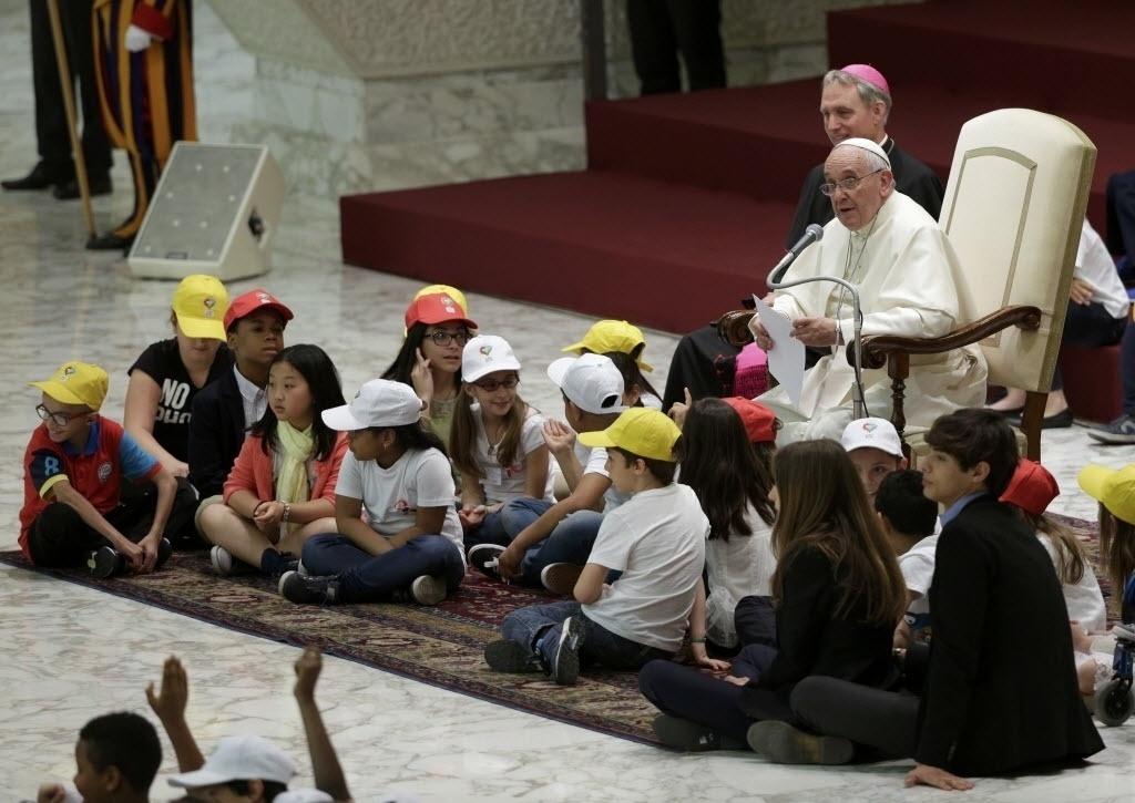 11.mai.2015 - Papa Francisco recebe crianças dos grupos educacionais