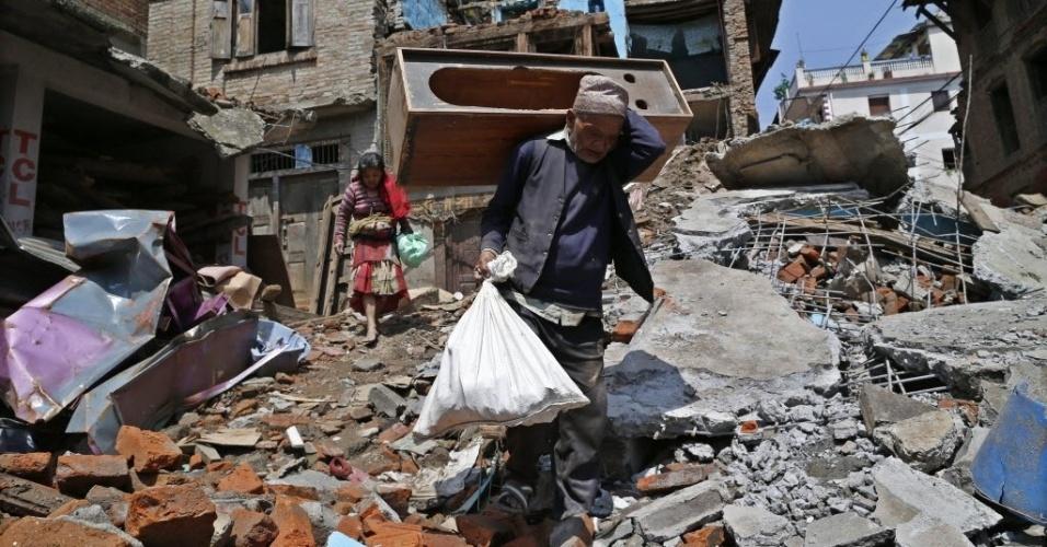 11.mai.2015 - Sobreviventes do terremoto de 25 de abril recuperam pertences em uma área devastada em Sankhu, no Nepal. Várias avalanches ocorridas nos últimos dias no vale Langtang forçaram a interrupção das buscas de 300 pessoas desaparecidas e a retirada imediata de dezenas de cidadãos da área