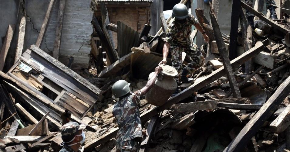 11.mai.2015 - Soldados recuperam pertences de sobreviventes do terremoto de 25 de abril em uma área devastada em Sankhu, no Nepal. Várias avalanches ocorridas nos últimos dias no vale Langtang forçaram a interrupção das buscas de 300 pessoas desaparecidas e a retirada imediata de dezenas de cidadãos da área