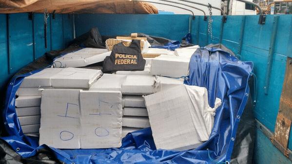 12.mai.2015 -  A Polícia Federal apreendeu na cidade de Correntina (BA) 4.000 kg de maconha. Quatro homens, que levavam e escoltavam a carga da droga,  foram presos em flagrante. Esta foi a maior apreensão da droga realizada no nordeste