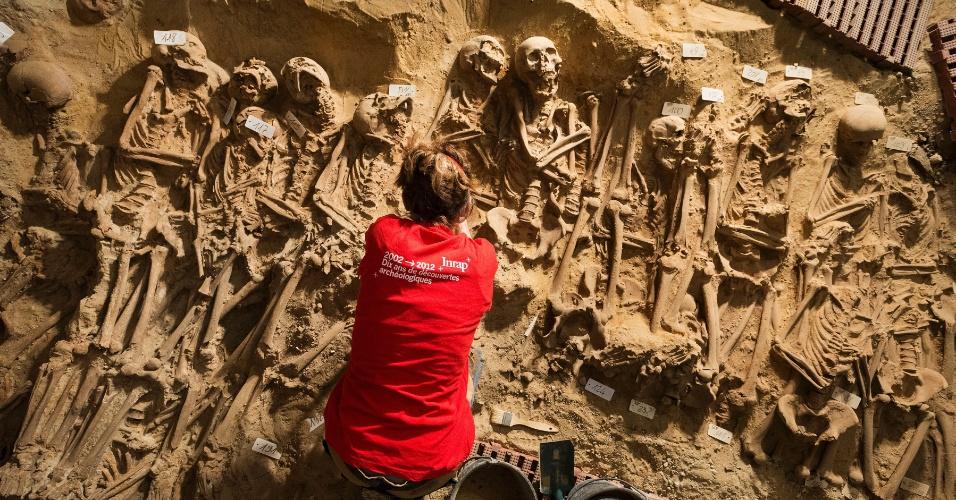 12.mai.2015 - Arqueólogos franceses encontraram, sob um supermercado de Paris, a vala comum de um cemitério medieval com 316 esqueletos. Acredita-se que seria parte do cemitério do hospital de la Trinité
