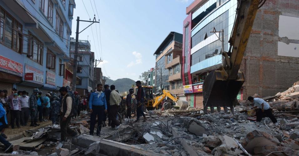 12.mai.2015 - Equipes de resgate e moradores procuram por sobreviventes em frente a uma casa que desabou em Katmandu, no Nepal, nesta terça-feira (12). Um novo terremoto, de magnitude 7,3 sacudiu o Nepal e teve seu epicentro registrado a nordeste de Katmandu, a mesma região que foi a mais afetada pelo sismo do último dia 25. O novo tremor foi seguido de três réplicas, uma delas de magnitude 6,3, informou o Serviço Geológico dos Estados Unidos (USGS, sigla em inglês)