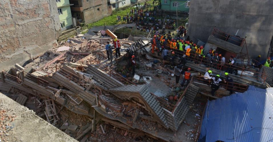 12.mai.2015 - Equipes de resgate procuram por sobreviventes em um prédio que desabou em Katmandu, no Nepal, nesta terça-feira (12). Um novo terremoto, de magnitude 7,3, sacudiu nesta terça-feira (12) o Nepal e teve seu epicentro registrado a nordeste de Katmandu, a mesma região que foi a mais afetada pelo sismo do último dia 25. O novo tremor foi seguido de três réplicas, uma delas de magnitude 6,3, informou o Serviço Geológico dos Estados Unidos (USGS, sigla em inglês)
