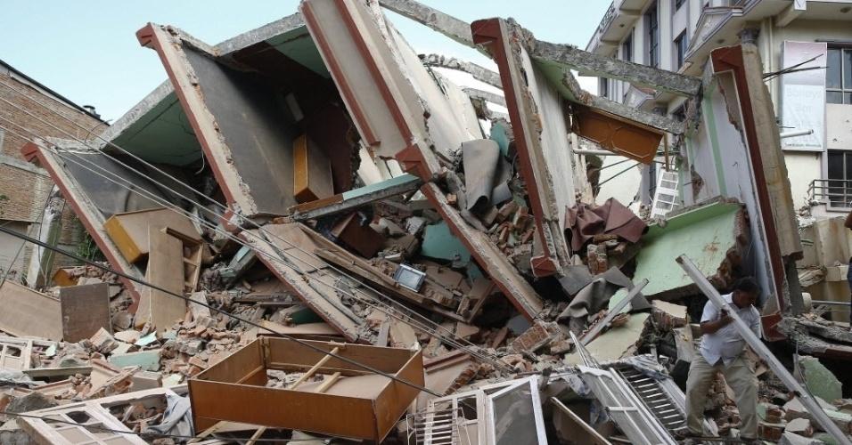 12.mai.2015 - Equipes de resgate procuram por sobreviventes em um prédio que ficou destruído após um terremoto de 7,3 de magnitude atingir Katmandu, no Nepal, a mesma região que foi a mais afetada pelo sismo do último dia 25. Segundo o Ministério do Interior do Nepal, o novo sismo deixou ao menos 36 mortos e mais de 1.000 feridos