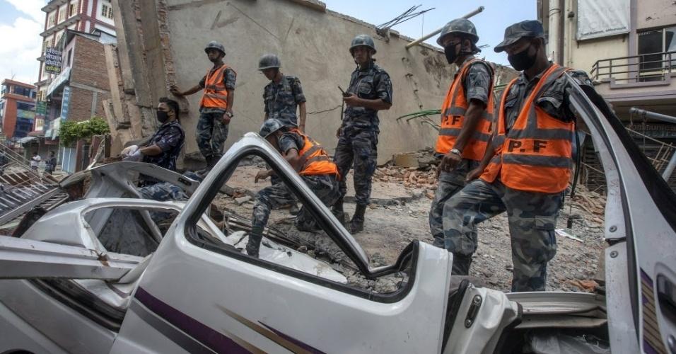 12.mai.2015 - M12.mai.2015 - Militares nepaleses trabalham no local onde um prédio desmoronou após um terremoto no centro de Katmandu, no Nepal. Um novo terremoto, de magnitude 7,3 sacudiu novamente o país nesta terça-feira (12)