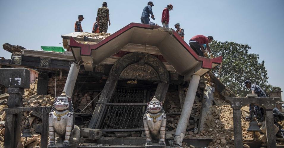 12.mai.2015 - Moradores trabalham na retirada de escombros em um sítio histórico danificado em Lalitpur, antiga cidade próxima a Katmandu, no Nepal, nesta terça-feira (12). Um novo terremoto, de magnitude 7,3 sacudiu o Nepal e teve seu epicentro registrado a nordeste de Katmandu, a mesma região que foi a mais afetada pelo sismo do último dia 25. O novo tremor foi seguido de três réplicas, uma delas de magnitude 6,3, informou o Serviço Geológico dos Estados Unidos (USGS, sigla em inglês)