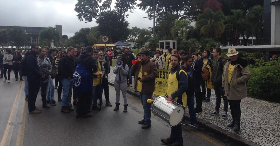 12.mai.2015 - Servidores estaduais, entre eles professores em greve, fazer um ato para pedir reajuste salarial no Paraná