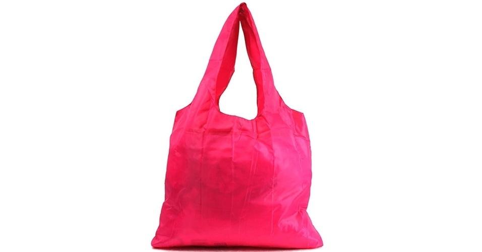 A Bolsa Sacola Hand Bag Rita é feita em nylon, dobrável, com alça dupla de ombro e disponível em diversas cores. À venda no Walmart por R$ 6,88.