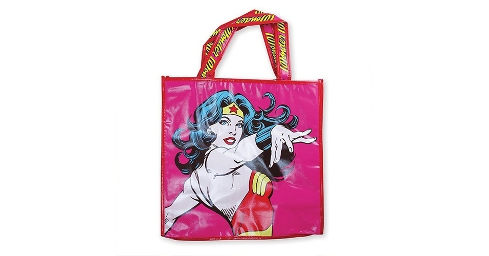 Ecobag de poliéster rosa com desenho da Mulher Maravilha; vendida na loja virtual Casa Geek por R$ 30,90