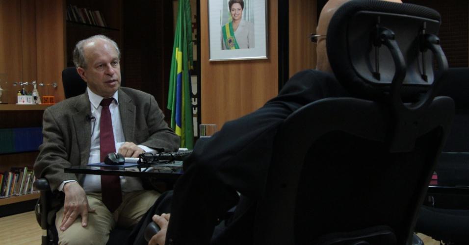 Josias de Souza, colunista do UOL, entrevista o ministro da Educação, Renato Janine Ribeiro. Ele falou sobre os problemas no Fies (Fundo de Financiamento Estudantil), os cortes orçamentários no MEC (Ministério da Educação), críticas feitas no passado à presidente Dilma Rousseff e valorização do professor