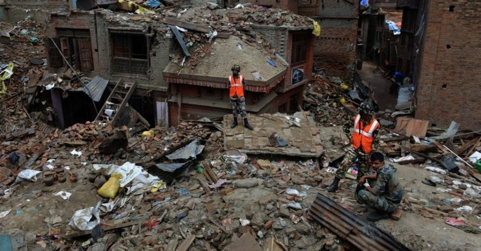 13.mai.2015 - Equipe de resgate procura por sobreviventes em escombros e deslizamentos em Bhaktapur, nos arredores de Katmandu. Um novo terremoto de magnitude 7,3 atingiu o país em 12 de maio, deixando mortos e feridos