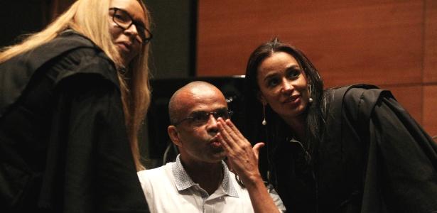 13.mai.2015 - Luiz Fernando da Costa, o Fernandinho Beira-Mar, manda beijo para sua família durante julgamento