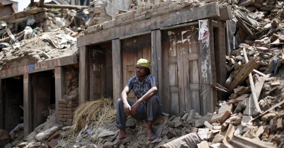 13.mai.2015 - Morador descansa sobre escombros em Bhaktapur, nos arredores de Katmandu. Um novo terremoto de magnitude 7,3 atingiu o país nesta terça-feira (12), deixando mortos e feridos