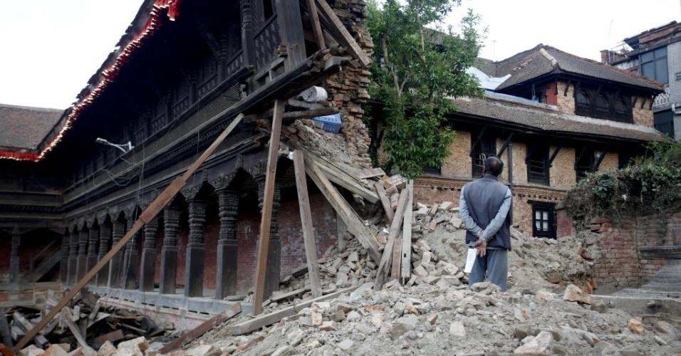 13.mai.2015 - Morador observa danos causados pelo terremoto no Palácio das 55 Janelas, na praça Durbar, em Bhaktapur, Nepal, nesta quarta-feira (13). Centenas de pessoas que tinham retornado a Katmandu, repletas de expectativas positivas pela aparente volta à normalidade, tentam fugir novamente, amedrontadas pelo terremoto que voltou a sacudir ontem o vale, onde continuam as réplicas após uma nova noite ao relento