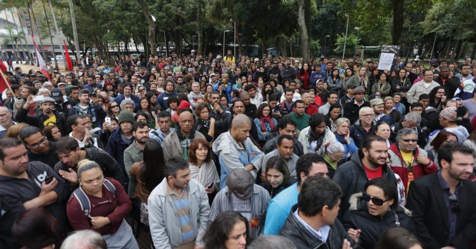 13.mai.2015 - Professores em greve aguardam o fim da reunião entre representantes do sindicato e do governo em frente à Secretaria Estadual de Educação de São Paulo. A paralisação completa hoje dois meses