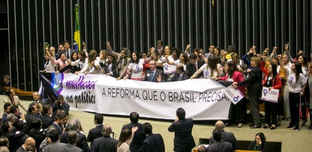 Bancada feminina faz protesto em 2015 no plenário da Câmara dos Deputados para reivindicar maior participação das mulheres na política