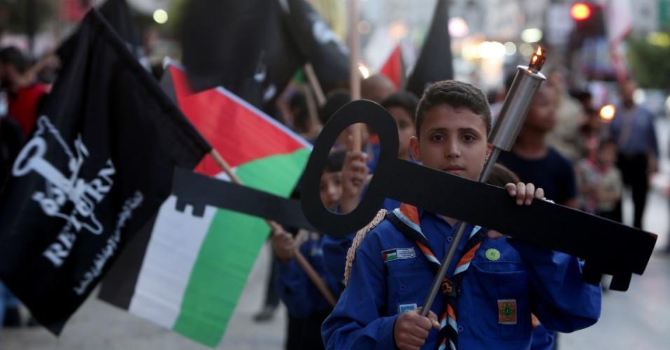 14.mai.2015 - Crianças palestinas seguram entalhes simbolizando as chaves das casas dos palestinos que deixaram o território em 1948 durante ato em memória dos 67 anos do Nakba, ou catástrofe, em Nablus, na Cisjordânia, nesta quinta-feira (24). O termo é usado por eles para descrever o processo de desenraizamento que sofrem desde a época da fundação de Israel, em 15 de maio de 1948