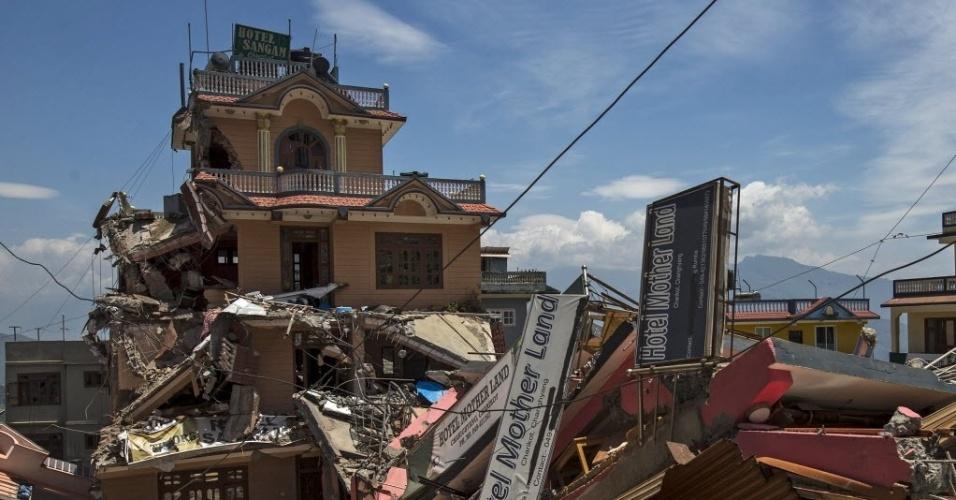 14.mai.2015 - Edifícios desmoronados são retratados após o terremoto de terça-feira (12), em Dolakha, Nepal. Segundo as autoridades, 96 pessoas morreram neste segundo tremor que atingiu o país