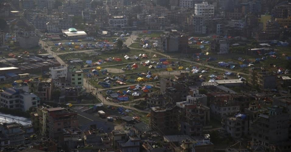 14.mai.2015 - Moradores improvisam abrigos com barracas em Katmandu, no Nepal. O balanço de vítimas do terremoto de terça-feira (12) chegou a 96 mortos, anunciaram as autoridades