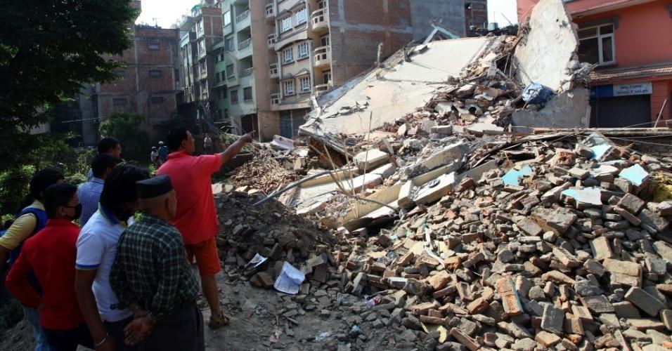 14.mai.2015 - Moradores observam um edifício danificado após um terremoto em Katmandu, Nepal. O balanço de vítimas do terremoto de terça-feira (12) chegou a 96 mortos, anunciaram as autoridades