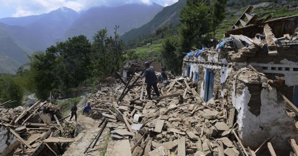 14.mai.2015 - Moradores retiram escombros de casa destruída durante terremoto no nordeste do Nepal, nesta quinta-feira (14). O balanço de vítimas do terremoto de terça-feira (12) no Nepal chegou a 96 mortos, anunciaram as autoridades, que ainda procuram um helicóptero americano que desapareceu com oito pessoas a bordo quando realizava tarefas de resgate