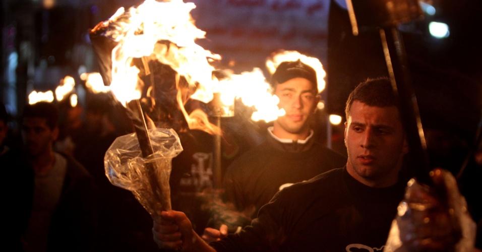 14.mai.2015 - Palestinos participam de ato em memória dos 67 anos do Nakba, ou catástrofe, em Ramallah, na Cisjordânia, nesta quinta-feira (24). O termo é usado por eles para descrever o processo de desenraizamento que sofrem desde a época da fundação de Israel, em 15 de maio de 1948