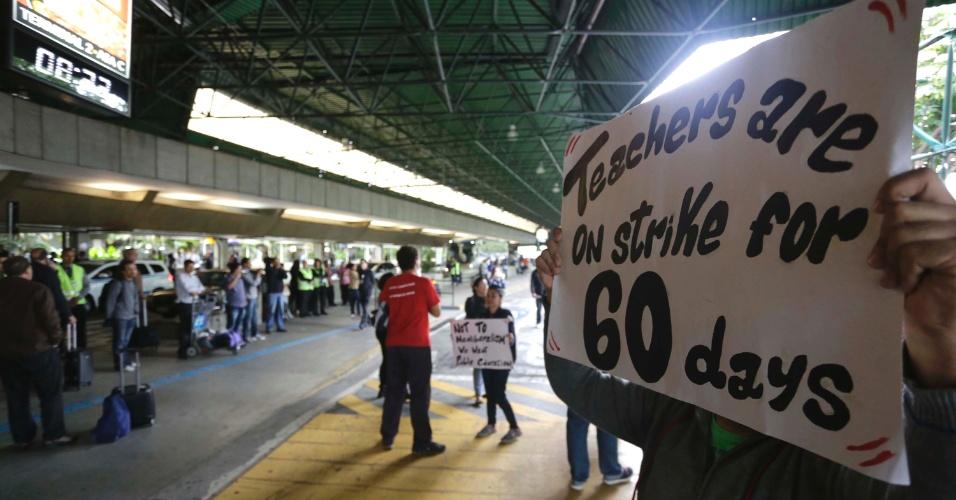14.mai.2015 - Professores em greve protestam no aeroporto internacional de Guarulhos (SP), em São Paulo. A manifestação chegou a bloquear a rodovia Hélio Smidt. Os manifestantes então seguiram para o terminal 1 e 2 do Aeroporto, finalizando o protesto no terminal 3