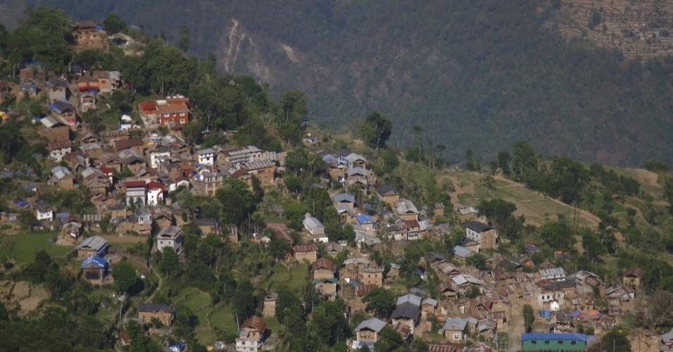 14.mai.2015 - Vista aérea mostra casas destruídas e danificadas após um terremoto no distrito Dolkha, Nepal. O balanço de vítimas do terremoto de terça-feira (12) chegou a 96 mortos, anunciaram as autoridades